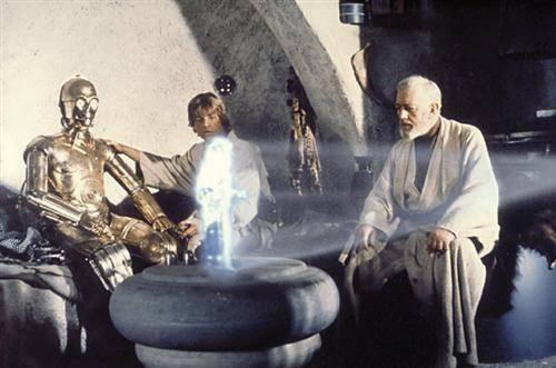 C-3PO, Luke Skywalker und Obi-Wan Kenobi betrachten ein Hologramm von Prinzessin Leia