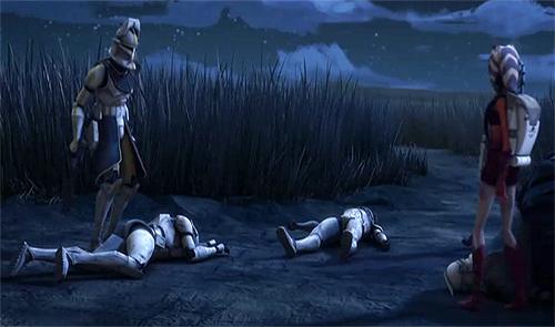 Bly und Ahsoka betrachten die Leichen von Cameron (links) und Lucky (mitte)