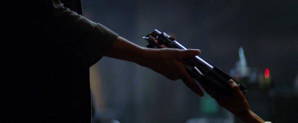 Maz gibt Leia das Lichtschwert