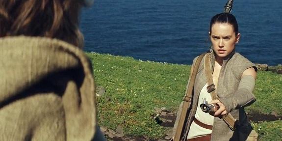 Rey, Luke und das Lichtschwert in Das Erwachen der Macht